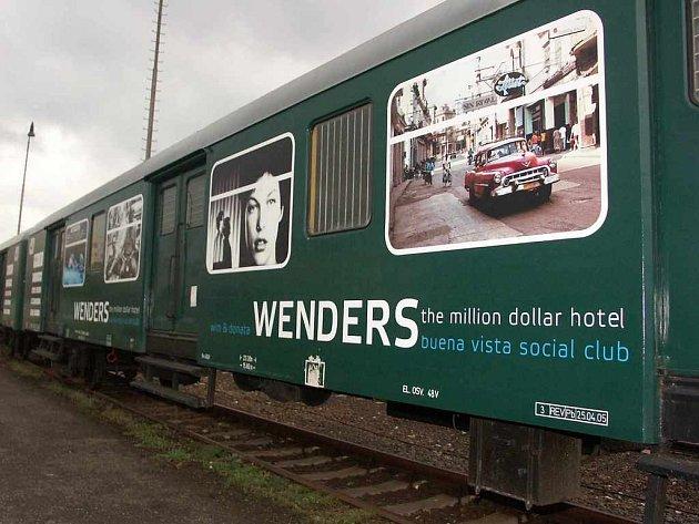 Galerijní vlak odstavený u západního nádraží