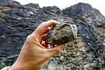 Ze skály pod hradem Střekov padají kameny