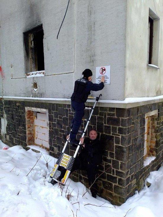 Strážníci v ústecké Matiční ulici instalovali výstražné cedule