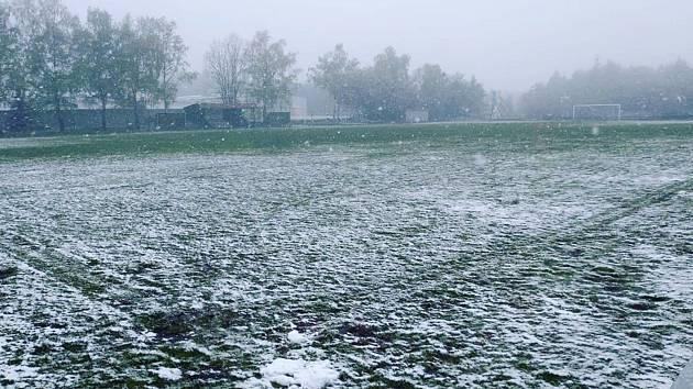 Šlágr okresního přeboru fotbalistů mezi Petrovicemi-Tisou a Vaňovem (3:6) doprovodila na začátku května sněhová nadílka.
