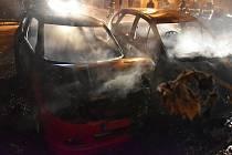 Ve Stebně shořely dva osobní automobily