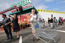 Hypermarket Tamda v Ústeckých Všebořicích. Fotografie ze slavnostního otevření.