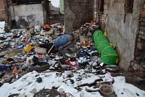 Před půl rokem Ústí odklidilo vrstvu odpadu. Místní ale začali vršit další. Foto: MM Ústí n. L.