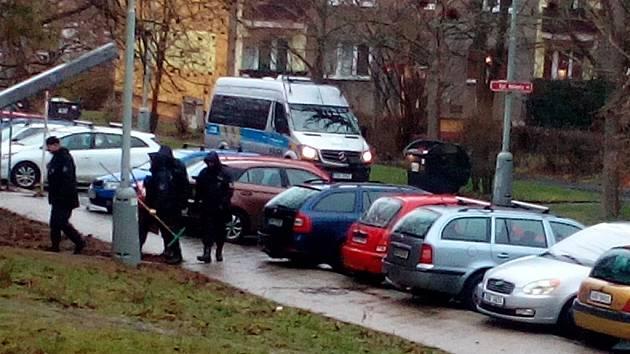 Policie prohledává okolí místa přepadení ve Všebořicích