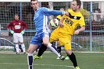 Fotbalisté Mojžíře (žlutí) doma prohráli s Kamenicí 0:1 po PK.