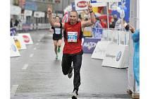Boxer Lukáš Konečný v cíli desetikilometrového závodu.