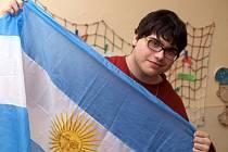 Sedmnáctiletý Santiano Abel Mas Baeza z Argentiny je na svou zem hrdý. Ale nyní si hraje v Petrovicích s dětmi a každý den jezdí autobusem do Ústí, kde navštěvuje Gymnázium Jateční.
