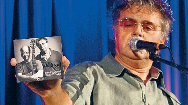 Pavol Hammel, slovenská legenda bigbítu, pobaví návštěvníky 2. Beatfestu asi i hitem Učitelka tance. Na snímku ukazuje CD Deja vu, které nahrál spolu s Radimem Hladíkem.