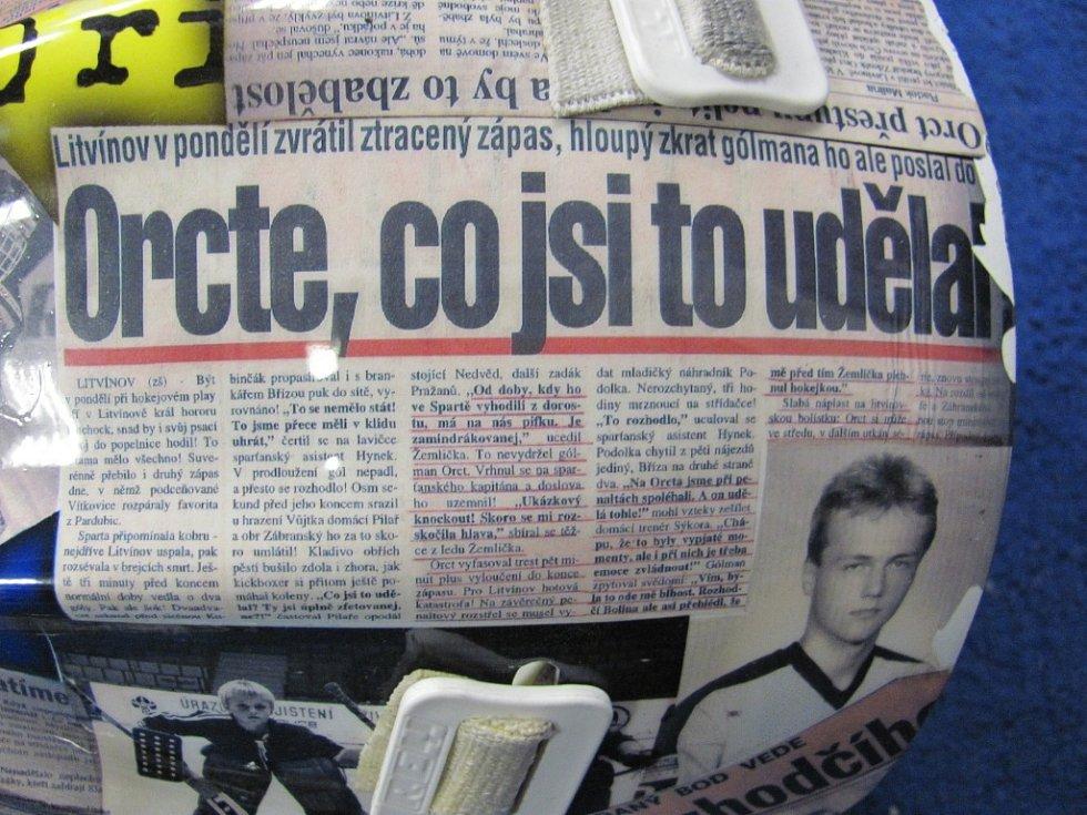 Na zápasové helmě brankáře Zdeňka Orcta jsou nastříkané výstřižky a fotografie z novin.