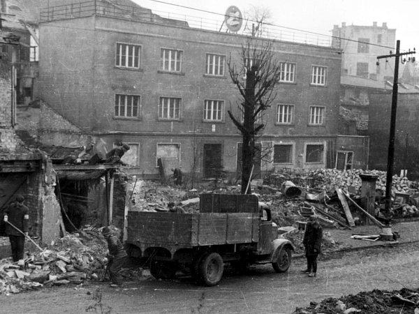 Vlétě při odstraňování trosek po bombardování byl ve vzduchu všudypřítomný prach zrozdrceného zdiva a pach spáleného dřeva. Od podzimu do jara vlhkost a déšť prach zkrotily.