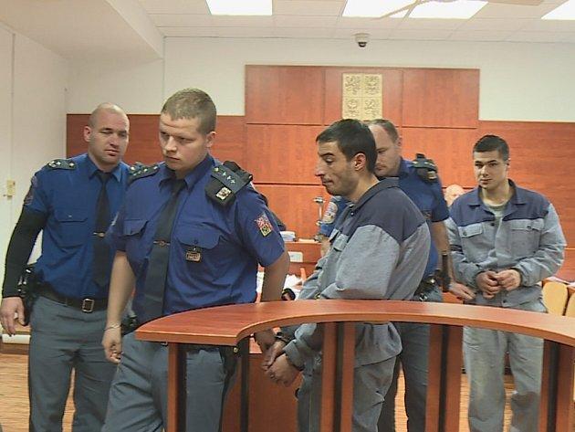 Dva muže, kteří vcele znásilňovali a vydírali svého spoluvězně, odsoudil ústecký krajský soud.