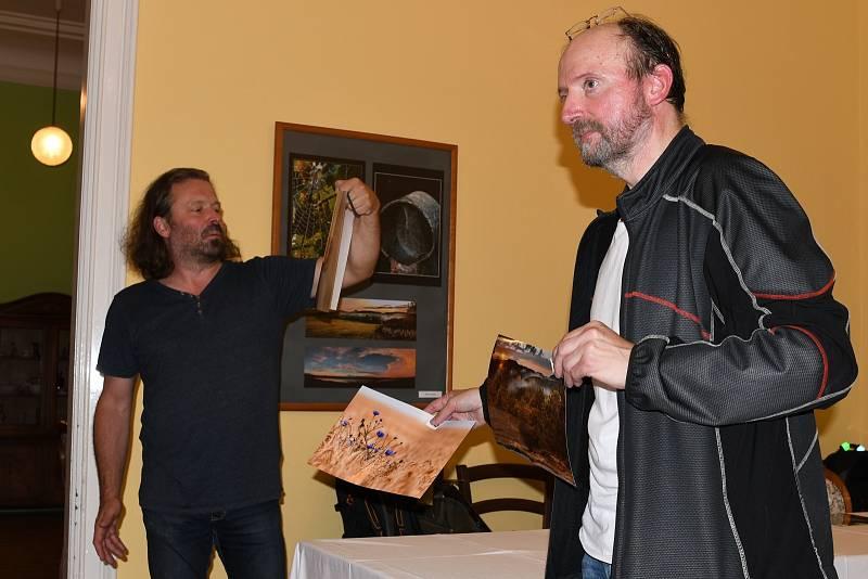Ústecký fotoklubu UFO se sešel v trmickém zámku, aby si vzájemně autoři představili svá díla.
