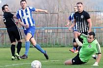 Mojžíř (černobílí) hrál s Roudnicí (modrobílí) nerozhodně 2:2, penaltami strhli hosté vítězství na svou stranu.