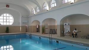 Otevřený bazén v městských lázních.