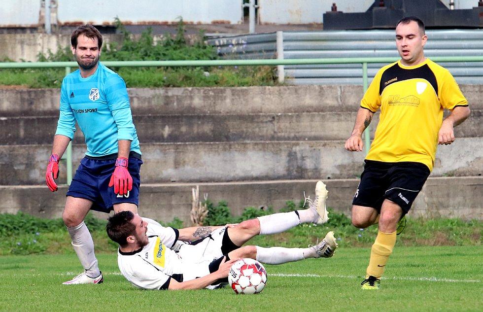 II. třída Ústí n/L: MSK Trmice (bílé dresy) rozdrtil Hraničář Petrovice (žlutočerní) 8:0.