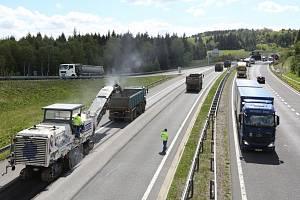 Oprava povrchu vozovky dálnice D8 směrem od tunelů na Německo