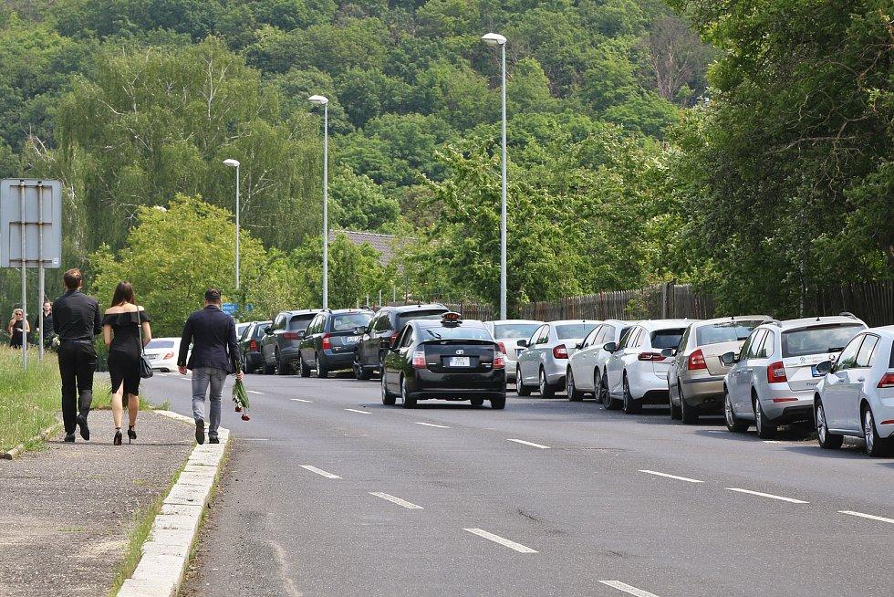 Smutečních hostů dorazily stovky, někteří ani neměli kde zaparkovat a museli dojít ke krematoriu pořádnou dálku.
