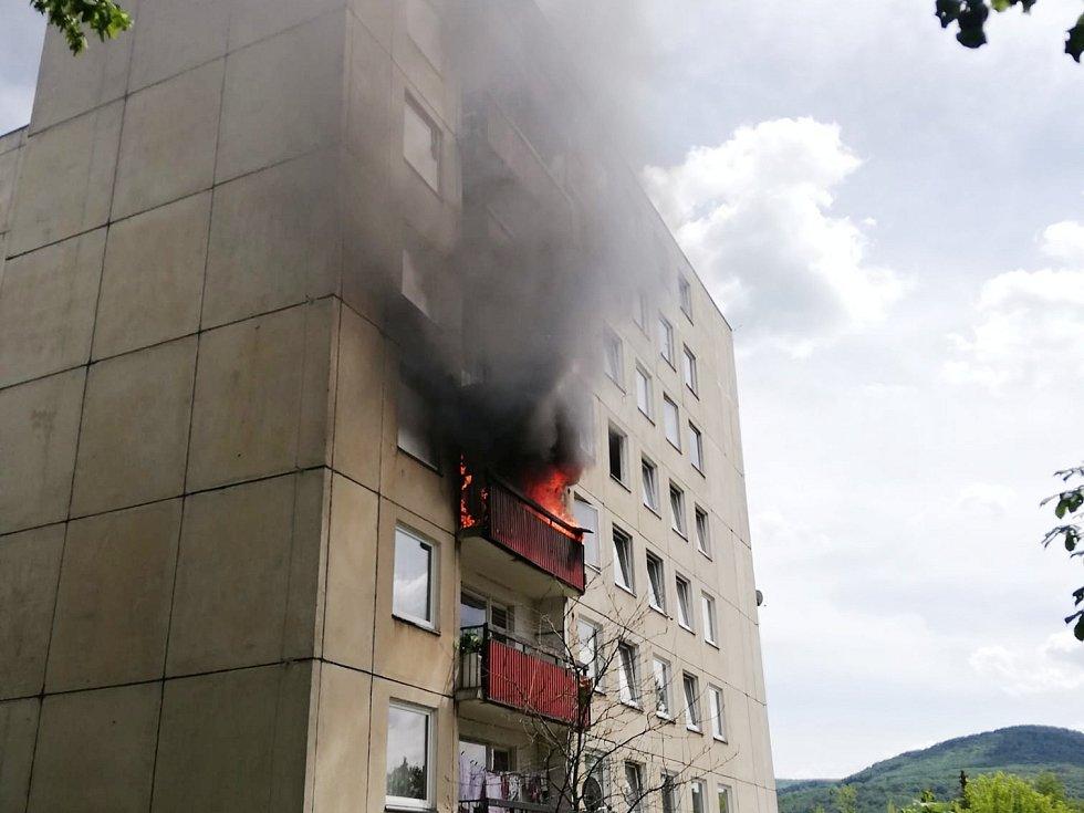 Požár panelového domu v Krásném Březně