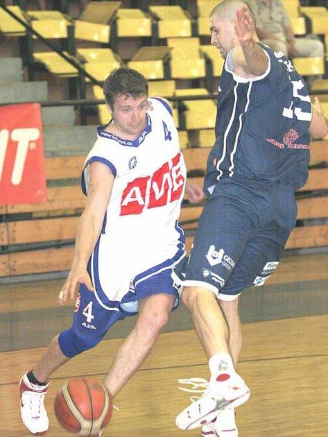 Ústecký rozehrávač Tomáš Holešovský (vlevo)