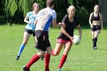 Michaela Pospíšilová běží s míčem.