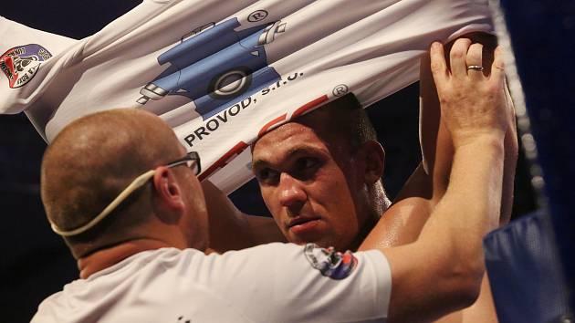SILNÁ DVOJKA. Boxer Tomáš Šálek se za asistence trenéra Lukáše Konečného chystá do ringu.