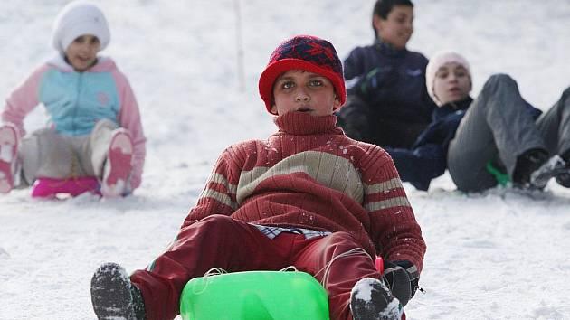 Děti, většinou i se svými rodiči, si včera užívaly první den jarních prázdnin například ve Skiareálu na Telnici.