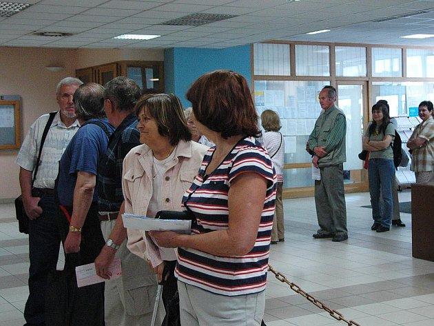 Přes hodinu si v pondělí dopoledne počkali zájemci o uhrazení daně z nemovitosti na finančním úřadu.