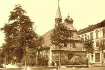 1895: Maternovo, dnes Lidické náměstí, s kostelíkem sv. Materny, zbořeným v roce 1895.