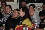 """Plný sál lidí v Zahradním domě v Teplicích sledoval """"poslední"""" koncert  kapely Pavel Houfek band s Petrem Stolařem před koncem světa a diváci řvali smíchy."""