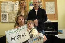Symbolický šek předali malému Šimůnkovi a jeho mamince Ivetě Jedličkové zaměstnanci firmy Rekultivace Jaroslav Kříž a Veronika Pokorná.