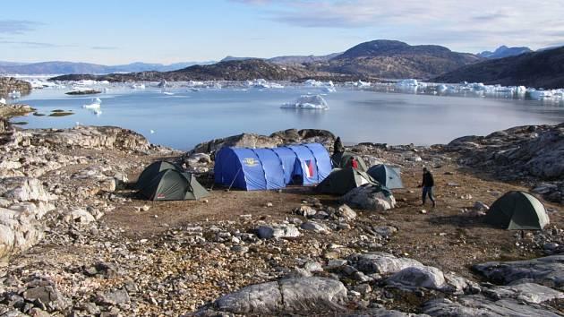 Česká vlajka se vyjímá všude na světě! Fotografii z putování po pobřeží Grónska poslal Šebestian Šulc z Mostu.