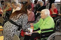 Vietnamci přivezli dárky seniorům.