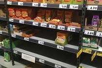 Regály v německém supermarketu.