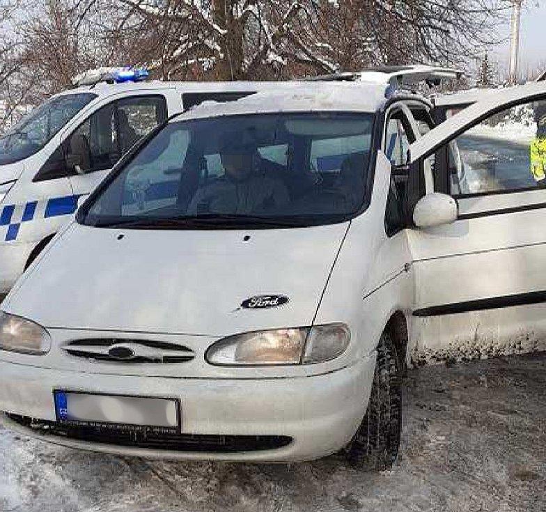 Řidič v automobilu převážel dvě nádrže od nákladního vozu plné minerálního oleje