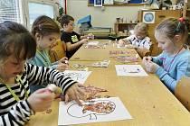 Děti na Hravé dílně vyráběly draky