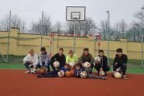 Kabina áčka FK Český Lev Neštěmice je připravená. Při úklidu bylo vyřazeno i 20 nevyužívaných míčů, které byly darovány dětskému domovu v Duchcově.