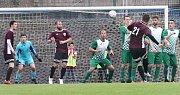 I. A třída 21.kolo. Fotbalisté Neštěmic (červenočerní) podlehli Libouchci (zelenobílé dresy) 1:3.