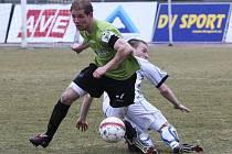 Ústecký záložník Jan Martykán (v bílém) byl v derby s Mostem nejlepším hráčem zápasu.
