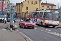Srážka osobního auta s cyklistou byla příčinou pátečního omezení dopravy v Tovární ulici u zastávky Západní nádraží.