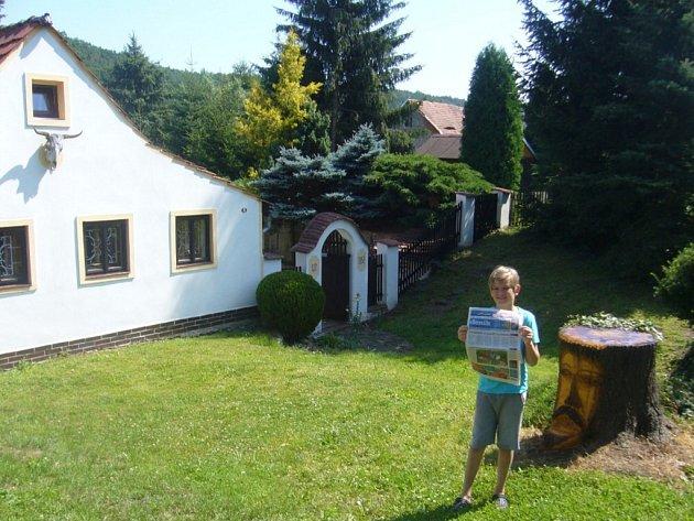 Letos trávíme dovolenou svnukem Péťou a Deníkem na chalupě vBílenci uPetrohradu na Lounsku.