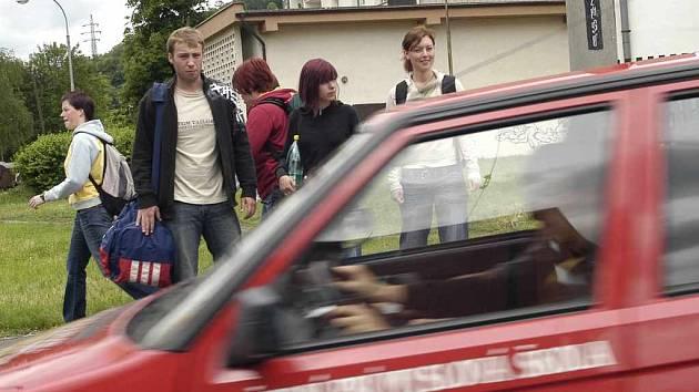 Studenti filozofické fakulty denně přecházejí u kolejí na Klíši a riskují