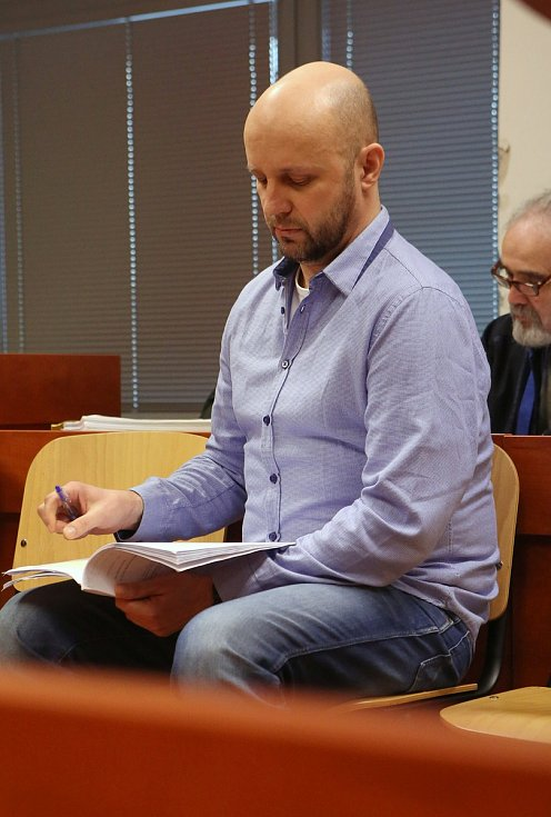 Sňatkový podvodník Jaroslav Doležal stojí před senátem krajského soudu v Ústí nad Labem.