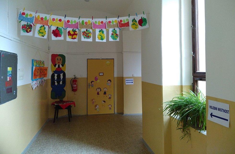 Volební místnost a cesta k nim v předlické základní škole na Školním náměstí.