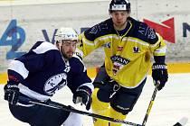 Hokejisté Ústí (žlutí) si doma poradili s Mostem.