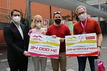 Virtual Charity Run a Metrostav ocenily zdravotníky. Zleva: Petr Ort, Zuzana Kotěšovcová, Michal Neustupa a Josef Škola.