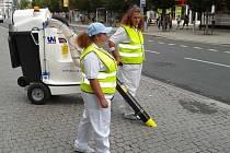 Vysavač zamete s odpadky v centru Ústí.