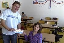 Spolužáci Hanky Sýkorové ze ZŠ Mírová pomohli se získáním peněz na nákup nového vozíku.