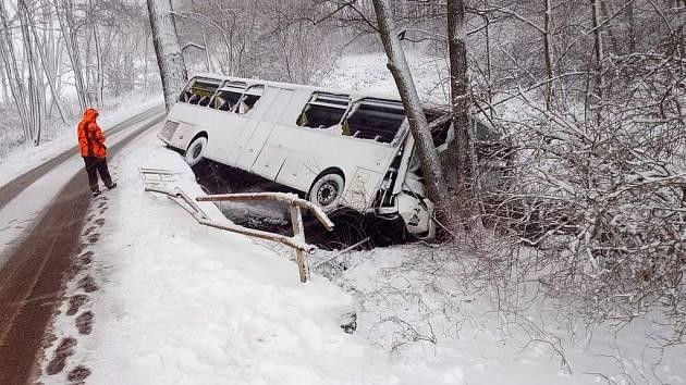 Nehoda autobusu u Chvojen.