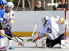 Hokejbalisté ústecké Elby (v bílém) vedou po dvou domácích zápasech ve čtvrtfinále nad Pardubicemi 2:0 na zápasy. Foto: Deník/Rudolf Hoffmann