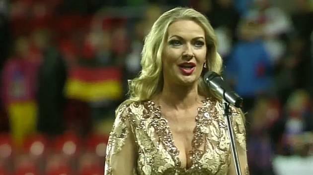 Ústečanka Lenka Graf zazpívala obě hymny před fotbalovým utkáním Česká republika – Německo